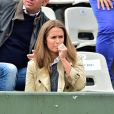 Kim Sears (Kim Murray) porte un sac Aspinal dans les tribunes des Internationaux de France de tennis de Roland-Garros à Paris, le 1er juin 2015.