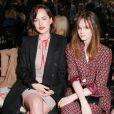 Dakota Johnson et Laura Love assistent au défilé Gucci croisière 2016 à la fondation Dia Art. New York, le 4 juin 2015.