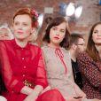 Karen Elson, Dakota Johnson et Laura Love assistent au défilé Gucci croisière 2016 à la fondation Dia Art. New York, le 4 juin 2015.