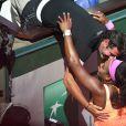Serena Williams dans les bras de son coach Patrick Mouratoglou peu après sa victoire, en finale dames de Roland-Garros à Paris, le samedi 6 juin 2015.