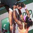 Serena Williams dans les bras de son coach et compagnon Patrick Mouratoglou peu après sa victoire, en finale dames de Roland-Garros à Paris, le samedi 6 juin 2015.