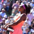 Serena Williams reçoit son trophée en remportant la finale des Internationaux de tennis de Roland-Garros à Paris, en battant Lucie Safarova, le 6 juin 2015.  Serena Williams wins the final of the French Open tennis tournament against Lucie Safarova of the Czech Republic in three sets, 6-3, 6-7, 6-2, at the Roland Garros stadium, in Paris, France, Saturday, June 6, 2015.06/06/2015 - Paris