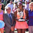 Serena Williams et Lucie Safarova après leur magnifique finale dames de Roland-Garros à Paris, le samedi 6 juin 2015.