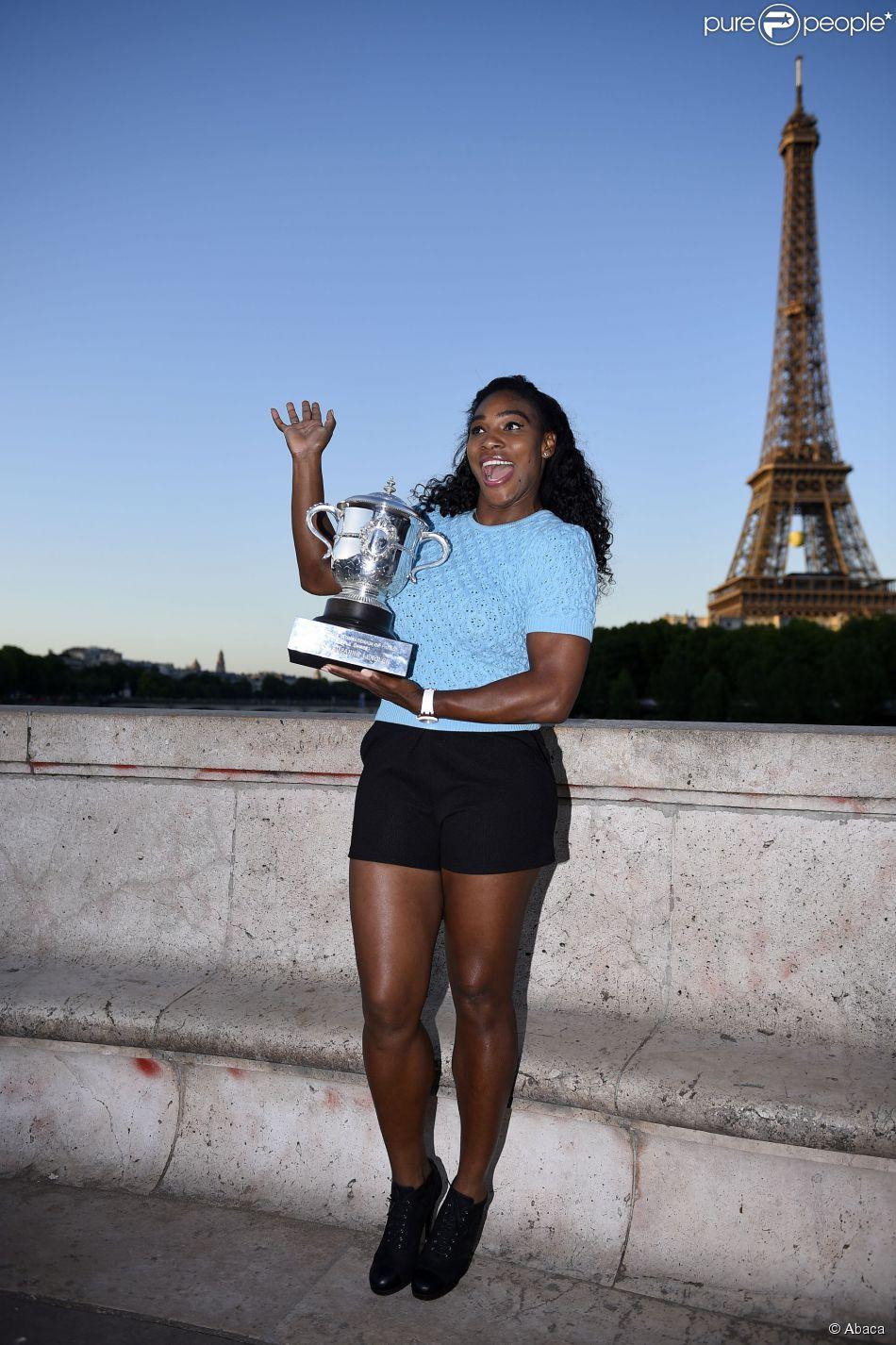Serena Williams pose avec son trophée après la finale dames de Roland-Garros, à PAris le 6 jun 2015.