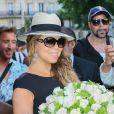 Mariah Carey arrive à son hôtel le Peninsula à Paris, le 6 juin 2015. Des fans lui ont offert un bouquet de fleurs. Mariah Carey arriving at the Peninsula Hotel in Paris, France, on June 6th 2015.06/06/2015 - Paris