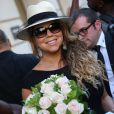 Mariah Carey arrive à son hôtel le Peninsula à Paris, le 6 juin 2015. Des fans lui ont offert un bouquet de fleurs.