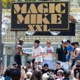 "Channing Tatum, Matt Bomer et Adam Rodriguez sur leur char ""Magic Mike XXL"" lors de la parade de la ""Los Angeles Gay Pride"" à West Hollywood, le 14 juin 2015."