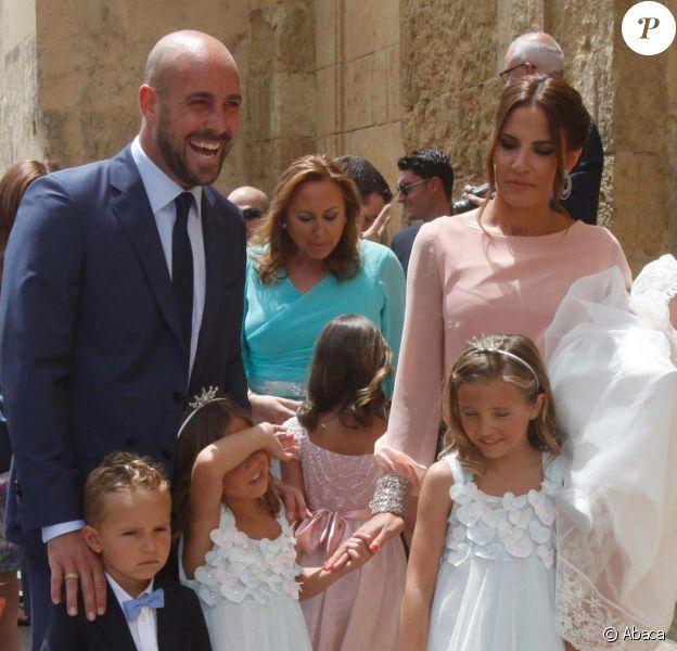 Pepe Reina, sa femme Yolanda et leurs enfants à Cordoue le 14 juin 2015 pour le baptême de leur fille Sira (6 mois).
