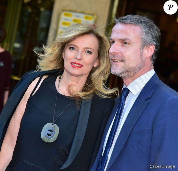 Valérie Trierweiler et un ami au 21e Gala Musique contre l'oubli organisé par Amnesty International au Théâtre des Champs-Elysées à Paris, le 17 juin 2015.