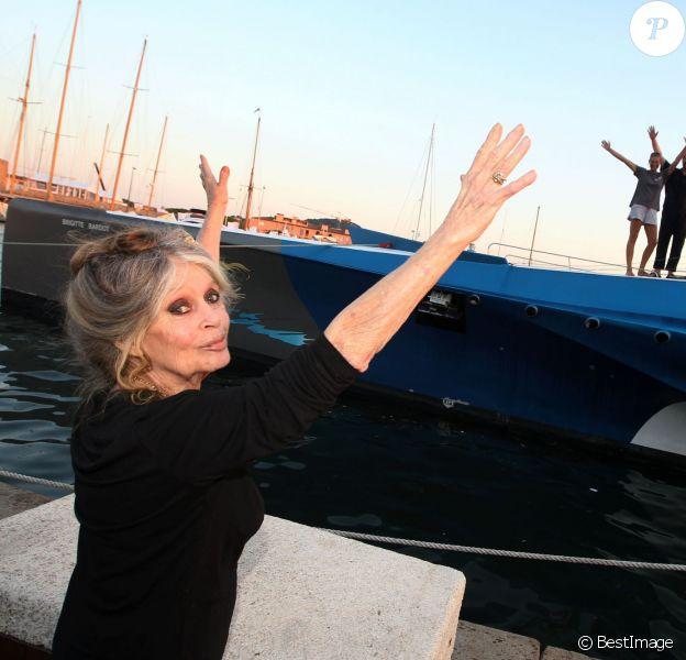 Exclusif - Prix Spécial - No Web No Blog - Brigitte Bardot pose avec l'équipage de Brigitte Bardot Sea Shepherd, le célèbre trimaran d'intervention de l'organisation écologiste, sur le port de Saint-Tropez, le 26 septembre 2014 en escale pour 3 jours à deux jours de ses 80 ans. Cela fait au moins dix ans qu'elle n'est pas apparue en public sur le port tropézien.