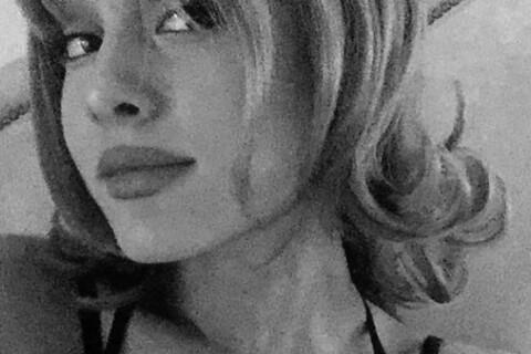Ariana Grande : Pin-up blonde et sexy, les cheveux courts et tout bouclés