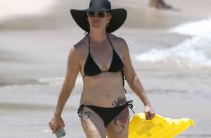 Jennie Garth in love : En vacances en famille, elle dévoile 2 nouveaux tatouages