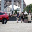 Juliette Maillot, Charlotte Casiraghi et Marcus Ehning (le plus grand cavalier du monde) reconnaissent le parcours lors du Longines Paris Eiffel Jumping au Champ-de-Mars à Paris, le 4 juillet 2015.