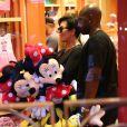 Kris Jenner et son compagnon Corey Gamble assistent à l'anniversaire de Penelope Disick (3 ans) au parc d'attractions Disneyland. Anaheim, le 8 juillet 2015.