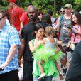 Kourtney Kardashian, sa fille Penelope et Corey Gamble au parc d'attractions Disneyland. Anaheim, le 8 juillet 2015.