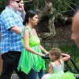 Kourtney Kardashian et sa fille Penelope, qui fête ses 3 ans, passent leur après-midi en famille au parc d'attractions Disneyland. Anaheim, le 8 juillet 2015.