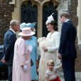La princesse Charlotte de Cambridge, fille du prince William et de Kate Middleton, a été baptisée le 5 juillet 2015 à Sandringham, dans le Norfolk. Le 9 juillet, le palais de Kensington a publié quatre magnifiques photos souvenirs de ce jour, signées Mario Testino.