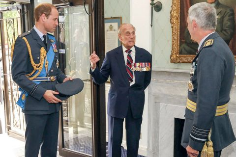 Prince Philip : Le duc d'Edimbourg s'en prend à un photographe, William amusé !