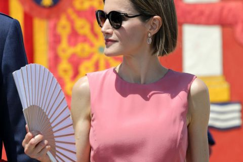 Letizia d'Espagne : Ultraglamour et féminine au milieu des uniformes...