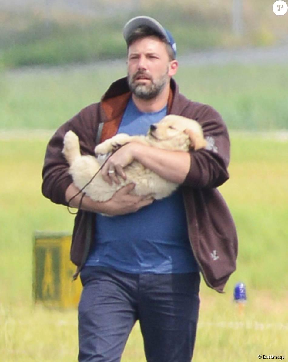 Ben Affleck arrive à Atlanta en jet privé avec un chiot golden retriever pour ses enfants le 20 juillet 2015.