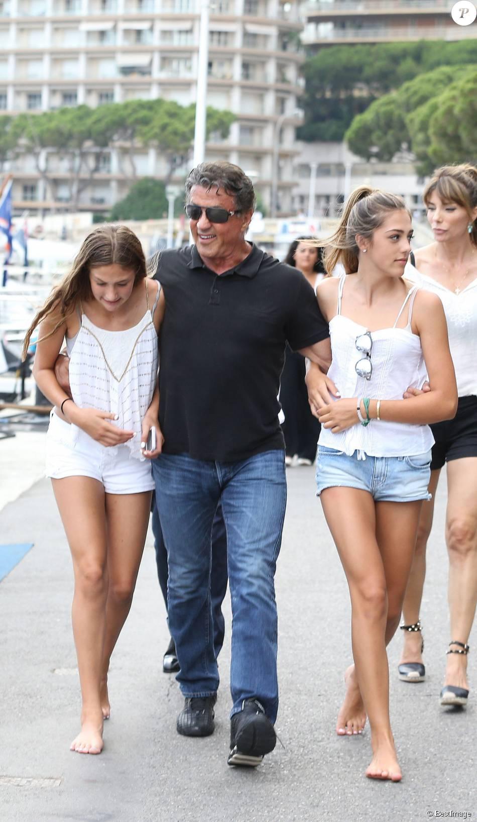 Sylvester Stallone avec Scarlet Rose et Sistine - Sylvester Stallone, sa femme Jennifer Flavin et leurs filles Sophia, Sistine et Scarlet sont allés déjeuner dans un restaurant japonais avec des amis, puis se sont rendus chez Rolex, à Monaco le 18 juillet 2015.