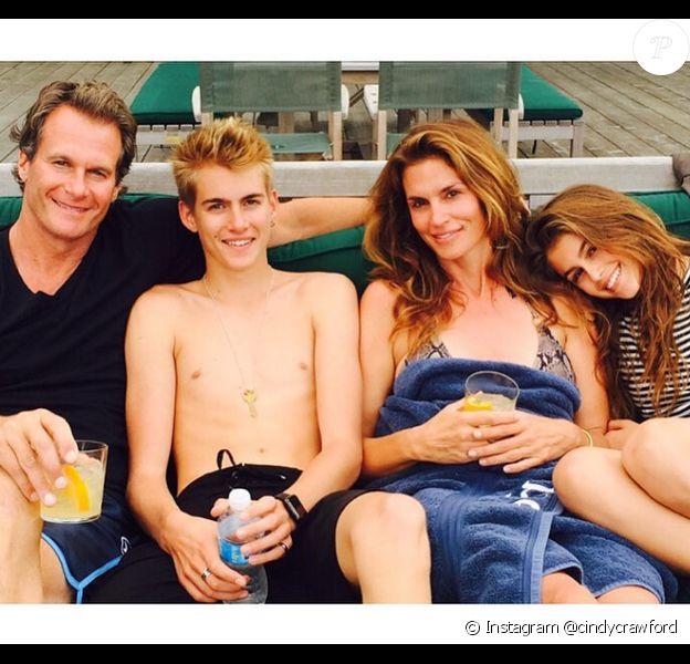 Cindy Crawford, son mari Rande Gerber et leurs enfants Kaia et Presley profitent de leurs vacances à la montagne
