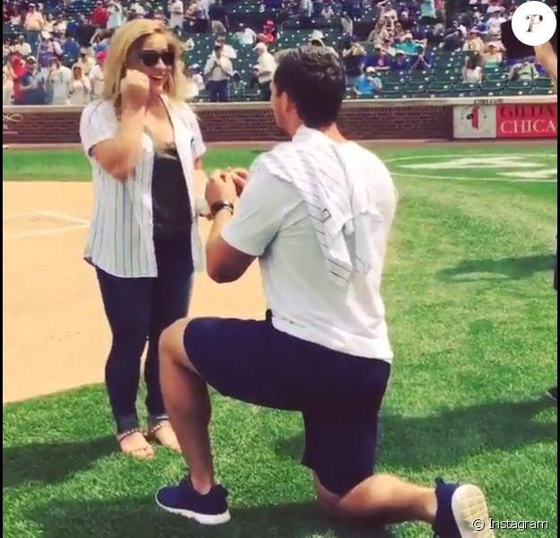 Andrew East demande en mariage Shawn Johnson dans un stade à Chicago le 24 juillet 2015.