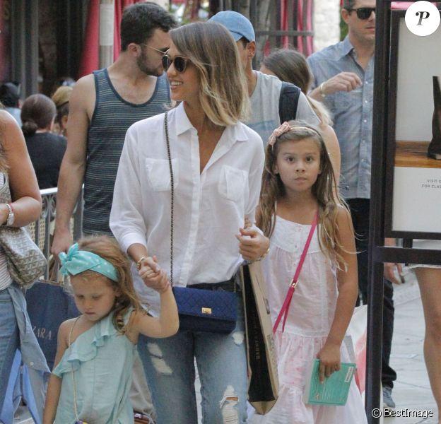 Jessica Alba fait du shopping en compagnie de ses deux filles à Los Angeles Le 25 Juillet 2015
