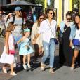 Jessica Alba passe l'après-midi avec ses filles Honor et Haven au centre commercial The Grove, à Los Angeles, le 25 juillet 2015