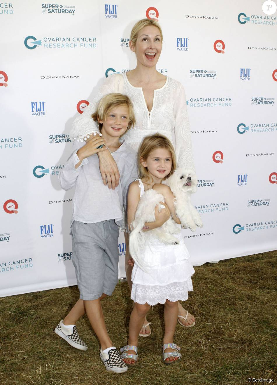 "Kelly Rutherford et ses enfants, Hermes et Helena, lors de la journée ""Ovarian Cancer Research Fund's Super Saturday"" à Water Mill dans les Hamptons, le 25 juillet 2015 à New York"