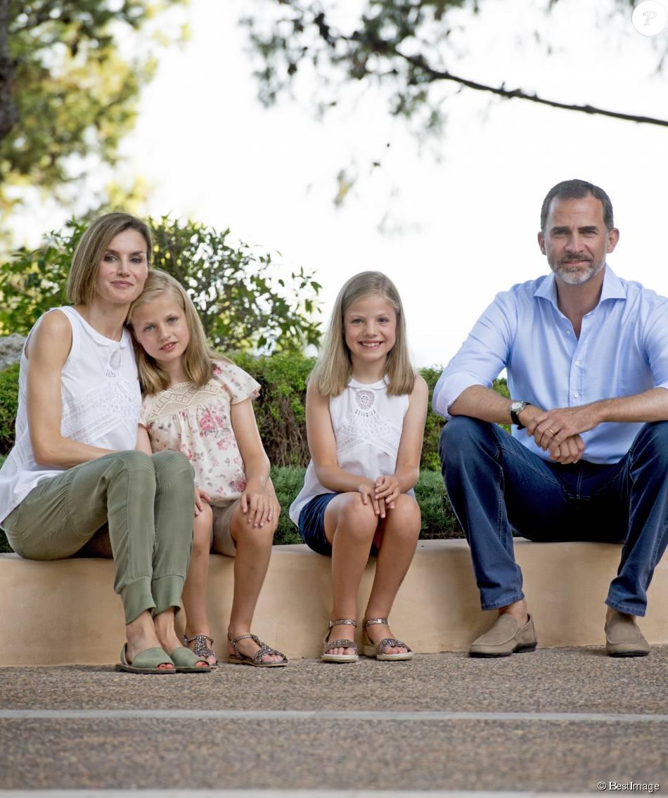 Le roi Felipe VI et la reine Letizia d'Espagne ont rencontré les journalistes avec leurs filles la princesse Leonor des Asturies et l'infante Sofia, le 3 août 2015, dans la cour du palais Marivent, à Palma de Majorque, au cours de leurs vacances sur l'île.