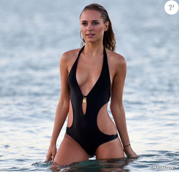 Exclusif - La sexy Kimberley Garner se baigne sur la plage du Club 55 à Saint-Tropez, le 3 août 2015.