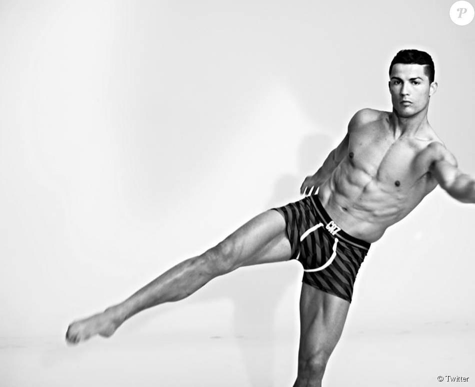 Le footballeur Cristiano Ronaldo pose pour sa collection de sous-v