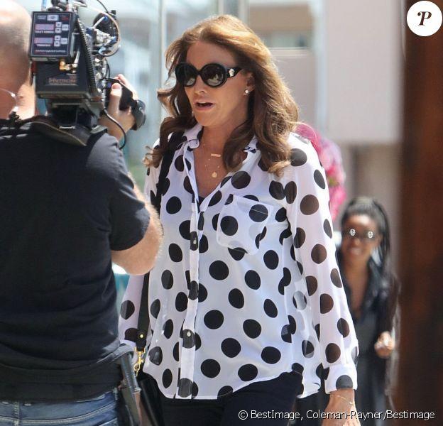 Exclusif - Caitlyn Jenner et Candis Cayne font du shopping dans un magasin pour enfants à Los Angeles, le 29 juillet 2015. Depuis le début du mois dernier, les rumeurs vont bon train concernant la supposée relation amoureuse de Caitlyn Jenner avec une actrice transsexuelle. Dans un nouvel épisode de son documentaire, l'ex-athlète ne cache pas être attirée par Candis Cayne.