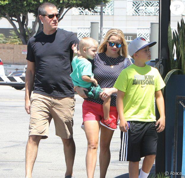 Reese Witherspoon en famille à Los Angeles le 15 août 2015. Ici avec son mari Jim, ses fils Deacon et Tennessee.