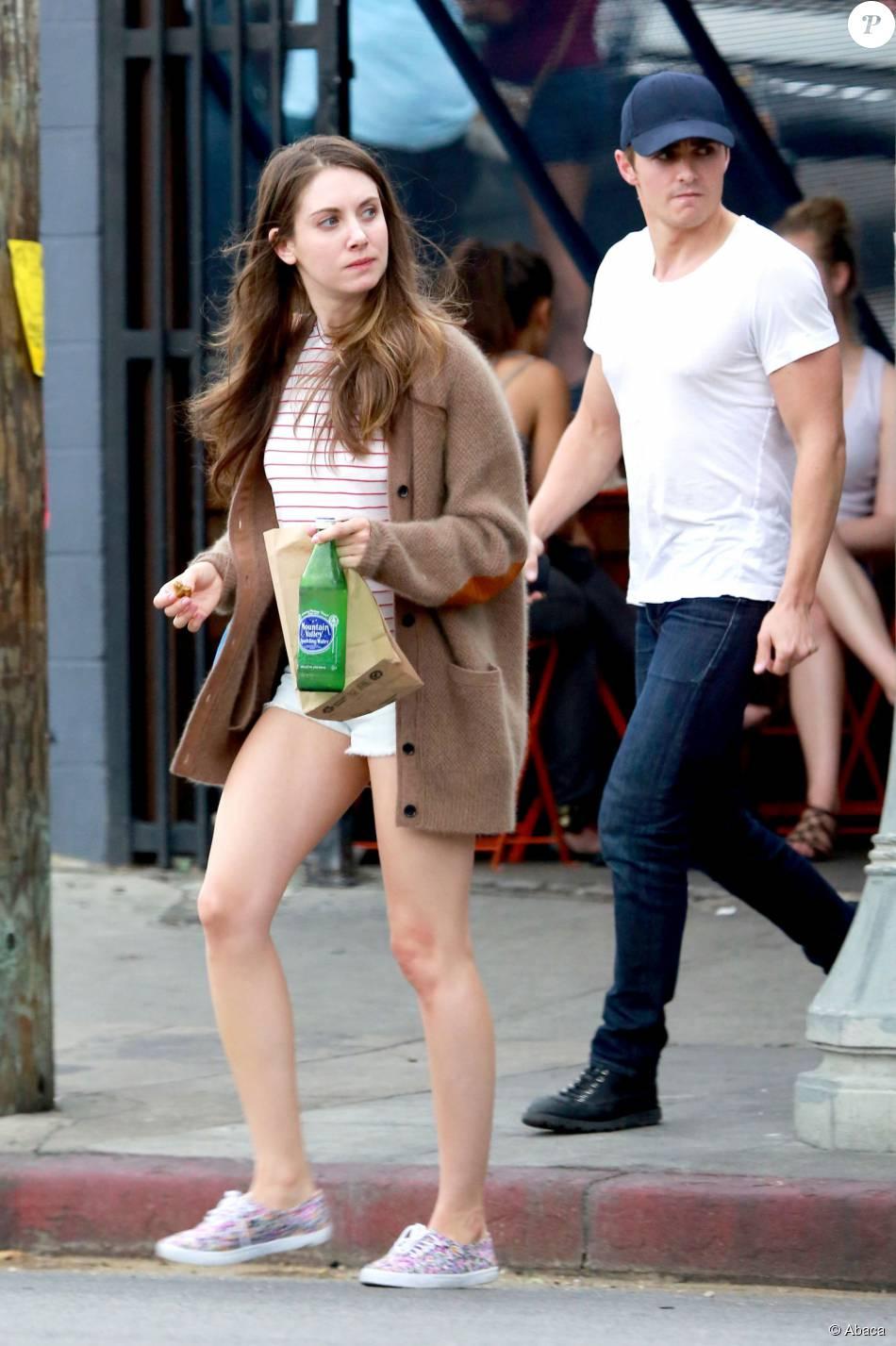 Alison Brie et son chéri Dave Franco dans les rues de Los ...