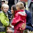 Le prince Carl Philip de Suède et la princesse Sofia (née Hellqvist) en visite au parc Mariebergsskogen lors de leur visite officielle dans le duché de Värmland, le 27 août 2015.