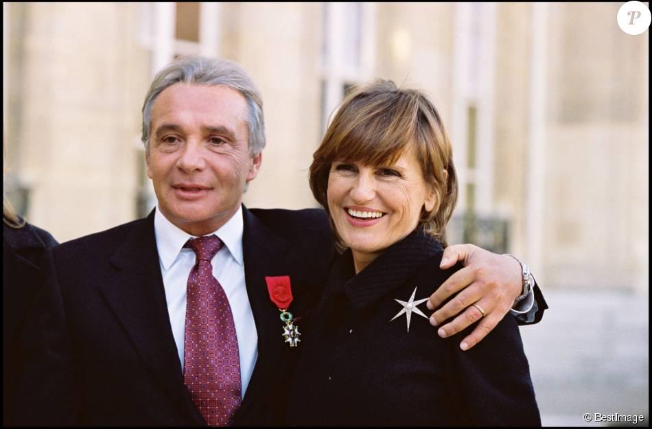 michel sardou recoit la legion d honneur a l elysee au cote de son epouse anne marie perier le 16 novembre 2001