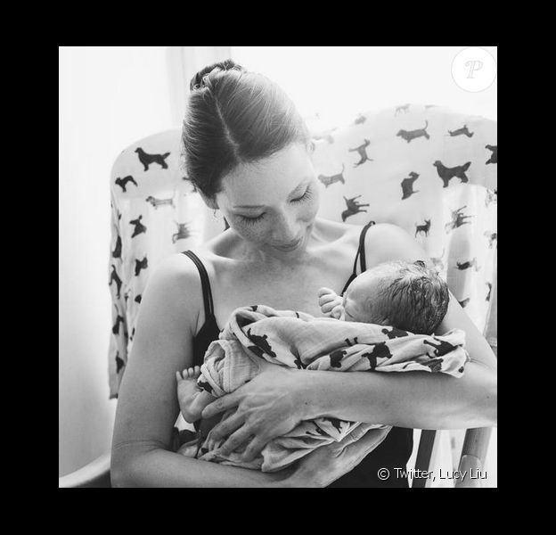 Lucy Liu a présenté sur Twitter une photo de son fils Rockwell le 27 août 2015. Il est né par mère porteuse.