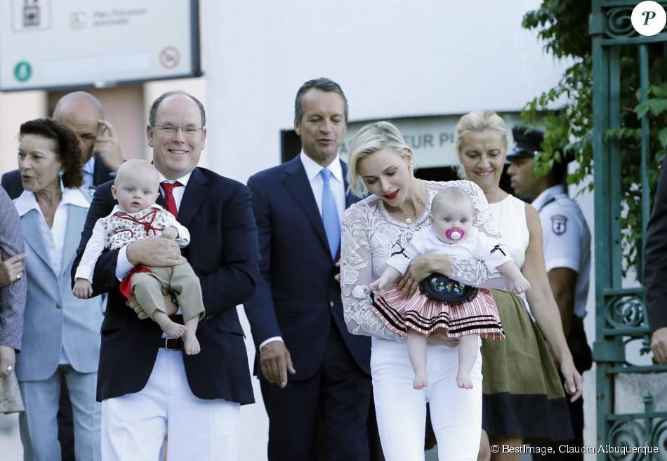 Le prince Albert de Monaco et la princesse Charlène, accompagnés de leurs enfants le prince Jacques et la princesse Gabriella, habillés en costume traditionnel, au pique-nique de la Principauté, qui se tient chaque année au parc de la princesse Antoinette le 28 août 2015 à Monaco.