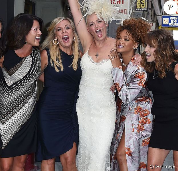 Rihanna, invitée star du mariage de la styliste Sonya Benson, pose avec la mariée devant le restaurant American Whiskey. New York, le 30 août 2015.