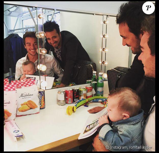 Alex Goude, son compagnon Romain et leur fils Elliot dans les coulisses du tournage de La France a un incroyable talent pour M6. Septembre 2015.