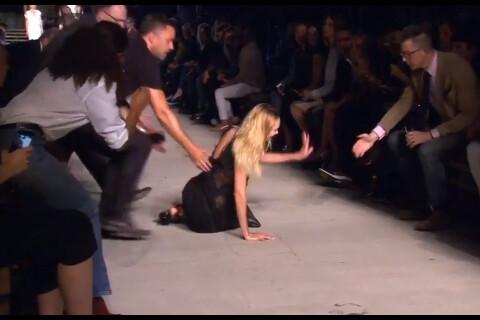 Candice Swanepoel : Chute soudaine en plein défilé, la bombe préfère en rire