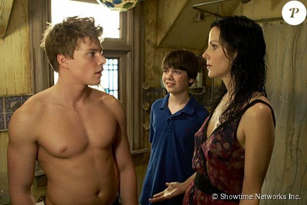 """Hunter Parrish et Mary-Louise Parker dans la série """"Weeds"""" en 2008."""