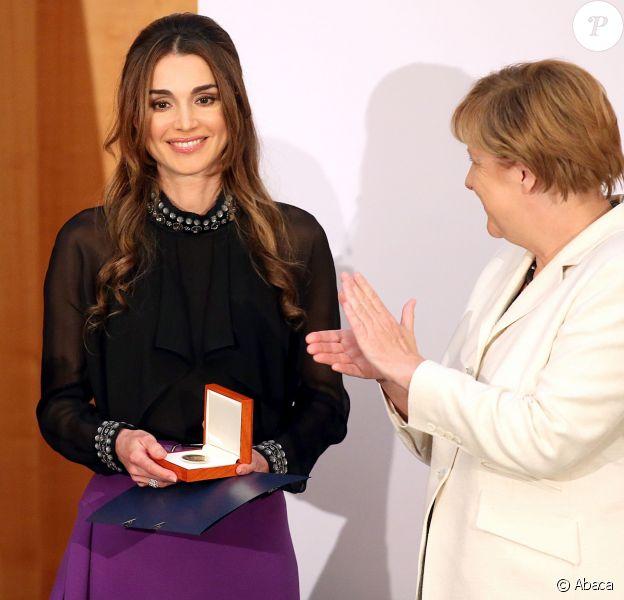 Rania de Jordanie recevait le 17 septembre 2015 des mains d'Angela Merkel à Berlin, à l'Office des affaires étrangères, le prix Walter-Rathenau en reconnaissance de ses efforts en faveur de la paix au Moyen-Orient.