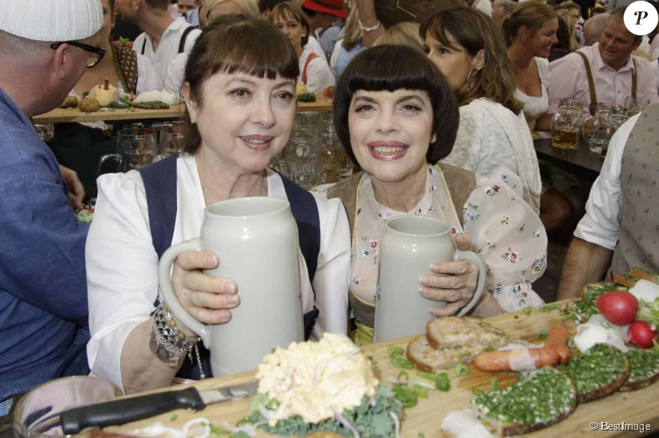 Mireille Mathieu et sa soeur Monique Mathieu - Mireille Mathieu et sa soeur Monique à la fête de la bière à Munich le 19 septembre 2015.