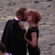 """Sting et Mylène Farmer s'embrassent sur le tournage du clip """"Stolen Car"""" à Paris, septembre 2015."""