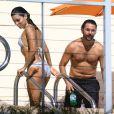Eva Longoria et son compagnon Jose Antonio Baston profitent d'un après-midi ensoleillé près de la piscine d'un hôtel. Miami, le 6 décembre 2014.
