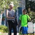 Exclusif - Gwen Stefani se rend chez ses parents avec son fils Kingston avant d'aller faire du shopping à Hollywood, le 30 août 2015.