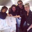 """Johnny Hallyday et Laeticia accompagnés par le manager du rockeur, Sébastien Farran, et de leur amie la productrice Anne Marcassus dans l'avion qui les emmènent à Nice pour les dernières répétitions de la tournée """"Rester Vivant"""" qui débute le 2 octobre 2015."""